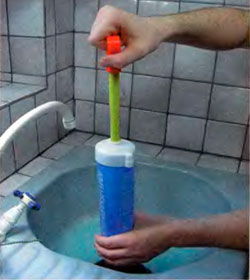 прочистка раковины при помощи вантуза с насосом
