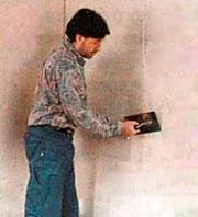 зашпаклевываем швы между гипсокартонными листами обшивки